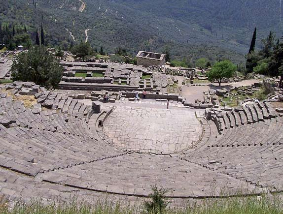In front of the stage there used to be an array of short Doric columns where art was displayed. There are ruins of temples and altars nearby. Θέατρο Δελφών Βρίσκεται στο ιερό του Πυθίου Απόλλωνος.